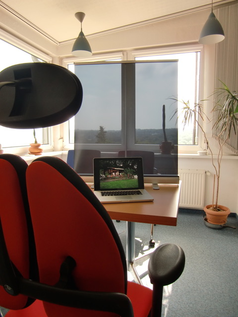Mobile-Office-Anti-Glare-on-Table